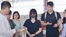 【Sunday资讯】<B>周笔畅</B>颓废造型现身广州机场 个性打扮引路人围观