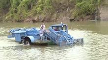祁阳:河道保洁船清理河面垃圾