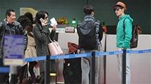 明星机场偶遇会是怎样的? 郑爽<B>张翰</B>形同陌路令人唏嘘