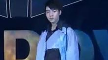 【星闻揭秘】<B>王俊凯</B>十八岁成人礼生日会:帅气舞蹈秀Carry全场