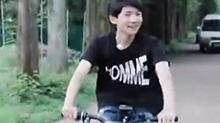 <B>王源</B>骑自行车出门购物 热爱大自然的清爽少年